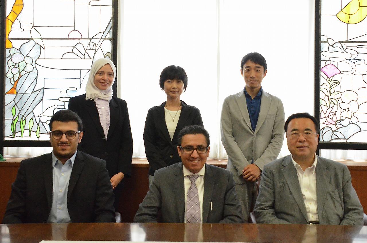 (後列左から)リーム・アハマド氏(通訳)、岡本副学長、金田准教授 (前列左から)アルマダニ氏、アルカナン技師、澤学長